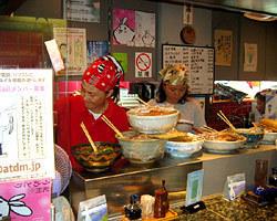 店内で働く店長 貴志敬子さん (向って左)
