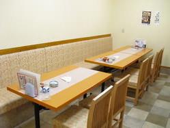 テーブル席を増設し、ゆったりとくつろげる空間を提供します