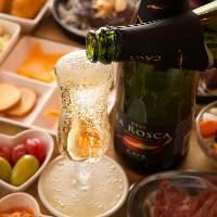ワインやハイボールなどお酒も充実のラインナップ。