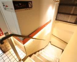 エレベーターか階段でお越しください。