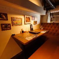 ソファでくつろげる2名様向けの個室は、大人のデート空間