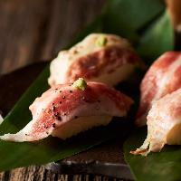 イベリコ豚の旨みと甘みが際立つ炙り寿司はスモーク演出あり