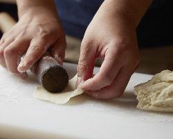 「プレミアム黒豚餃子」は皮から一枚一枚、丁寧に手作り。
