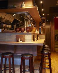 活気に満ちた厨房を囲むカウンター席で日本酒はいかが♪