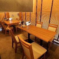 店内奥には半個室感覚で利用可能なテーブル席を完備