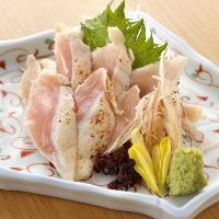 目利きした鮮度抜群の鶏タタキは柚子胡椒で堪能