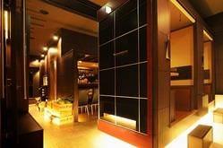 ■黒ガラスをやわらかに照らす 間接照明は落ち着いた店内★