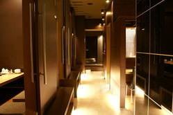 ■怪しい階段を上がるとライトが 通路を照らすコジャレた店内★