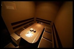 全席完全個室・エアコン・調光照明完備。