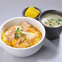 鶏屋のこだわりが詰まった親子丼です!嬉しいスープ付♪