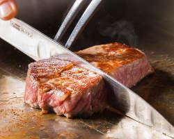 目の前でシェフが食材を一つ一つ丁寧に焼き上げていきます
