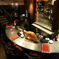 赤を基調とした店内に並ぶ丸テーブルはバルさながら!