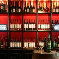 赤白ワインと各20種類以上の品揃え。ハウスワインも充実!