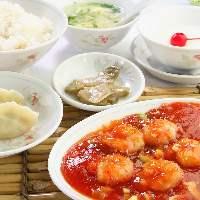 ザーサイ、ライス、杏仁豆腐、スープが付いたお得なランチセット