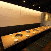【空間】 シックな雰囲気の空間で焼肉宴会!店貸切50名様迄