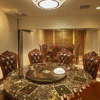 大理石の円卓テーブル個室は、4名様からご利用可能