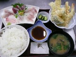 ボリューム満足度あり!刺身&天ぷら膳2,200円(税込)