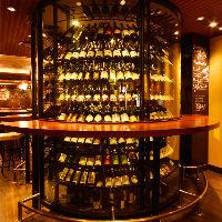 店内中央にそびえる巨大ワインセラー