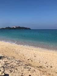 当店から徒歩30秒の天然ビーチです♪青く透き通ってます