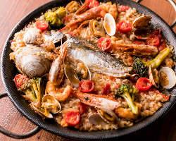 お客様の目の前で炊き上げる絶品パエリア♪魚介の旨みが凝縮