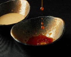 自家製漬けタレは2種。あっさり大根おろし正油と濃厚ゴマダレ