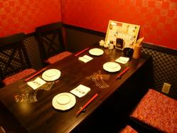坪庭を眺めながらの テーブル席も人気★