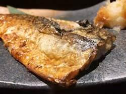 炭火で焼き上げる、黄金色の焼き魚!!