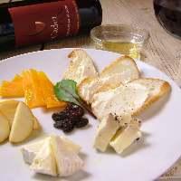 おしゃれなカウンター席でチーズとワインとクラフトビールを!