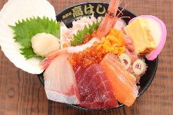 大人気の海鮮丼とカキセット!市場で一番大きいカキを使用