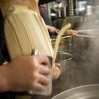 ダイナミックに生地の塊を削って作る刀削麺は独特の食感