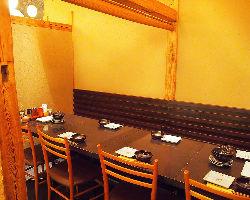 気軽な接待にも使える最大8名様まで利用可能な半個室のお席。