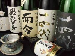 トロウニイクラをロール寿司の上へ豪快に!名物「こぼれ寿司」