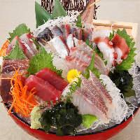漁港直送!鮮度が自慢のお刺身盛り合わせは490円~ご提供。