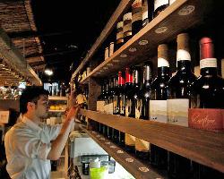 世界各国のワインがバーカウンターに勢揃い!