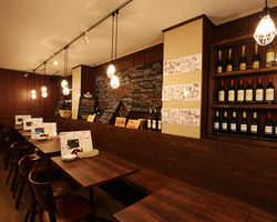店内はワインが並べてあり ワイワイ宴会楽しんでください!!