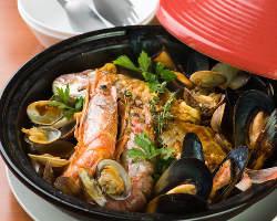 魚介の旨みたっぷり!当店名物「魚介のブイヤベースタジン鍋」
