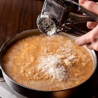 絶品もつ鍋!白味噌の〆はとろ~り濃厚なチーズ雑炊がおすすめ