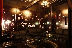 シャンデリアが輝く寛ぎのソファ席 VIP個室は2~15名様まで
