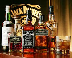 壁一面にJACK DANIEL'Sの年表 ウィスキーは種類豊富な品ぞろえ
