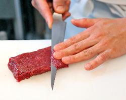 注文後、職人が一つ一つ丁寧に馬肉をさばきます。