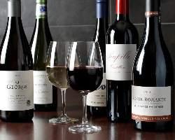 フランス・アメリカ産など厳選ワインは常時60種ラインナップ