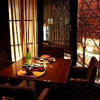 窓に広がる夜景を眺めながら季節料理を堪能する