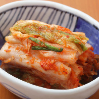 本場韓国から仕入れた唐辛子を使用して漬けている自家製キムチ