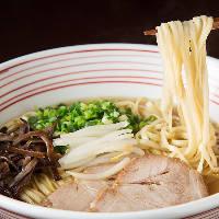 【博多ラーメン】 熟成された豚骨スープと平打ち麺に舌鼓!