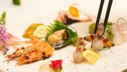 彩り鮮やかなお寿司や本ずわい蟹と檸檬塩の握りなどオリジナルも
