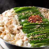 国産の生もつと山盛りのキャベツとニラが特徴の本場のもつ鍋!