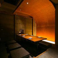 黄金に光る壁が特徴の最大6名様まで可能な掘りごたつ個室!