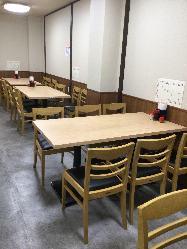 大人数でも利用可能なテーブル席と広々とした店内