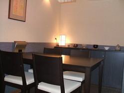 4名様迄用テーブル席(接待・御商談・御家族用)は2席あります