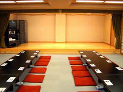 ご宴会場は本式舞台 (通信カラオケ完備)で70名様収容
